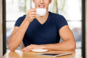 dricker kaffe på restaurangen. foto