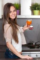 kvinna som dricker färsk juice foto