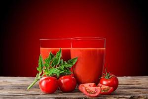 färsk tomatjuice, hälsosamma drycker. foto