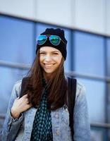 ung vacker flicka nära affärsbyggnad promenader