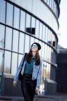 ung vacker flicka nära affärsbyggnad promenader, student i ame