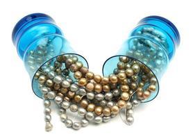 pärlor i blå dricksglas