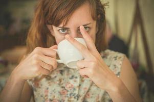 kvinna som dricker kaffe och svär foto