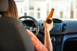 kvinna som dricker och kör foto