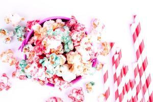 popcorn och dricka halm foto