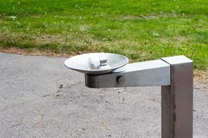 metall dricka fontän i park foto
