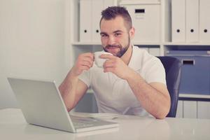 ung affärsman som dricker kaffe, tonad foto