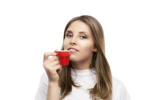 vacker flicka dricker ett kaffe foto
