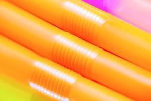 färgglada dricka sugrör för bakgrund. foto