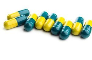 färgglada isolerade piller foto