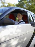 mitten av vuxen kvinna i bilen foto