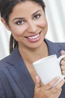 kvinna som dricker te eller kaffe foto