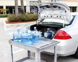 plocka upp färskt dricksvatten foto