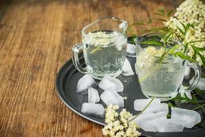 elderflower drink med elderberry blommor foto