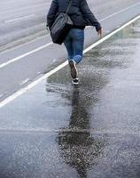 ung kvinna i regn foto