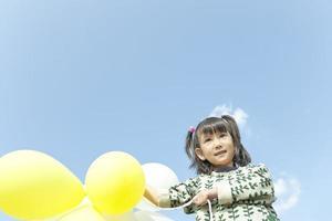 flickan som leker i en park foto
