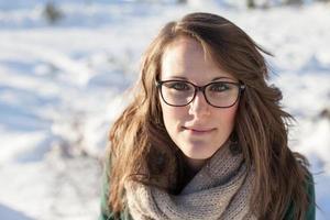 le ung kvinna i snön foto