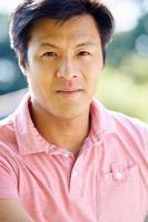 porträtt av den asiatiska mannen på landsbygden foto