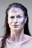 porträtt av en kvinna med sci fi-makeup foto