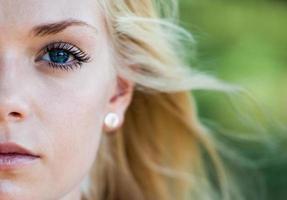 porträtt av ung blond kvinna foto