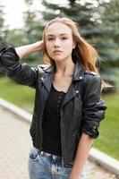 ung kvinna utomhus foto