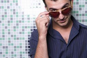ung man bär solglasögon, porträtt, närbild foto