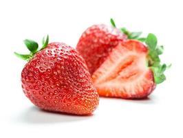 vackra jordgubbar isolerad på vitt foto