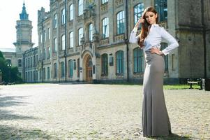 ung kvinna i formella kläder foto