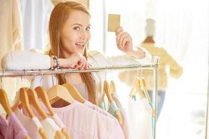 shoppare med rabattkort foto