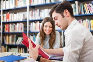 människor som studerar i ett bibliotek
