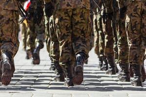 soldater marscherar i formation foto