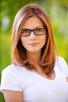 ortrait av ung kvinna som bär glasögon foto