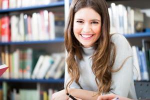flicka i ett bibliotek foto