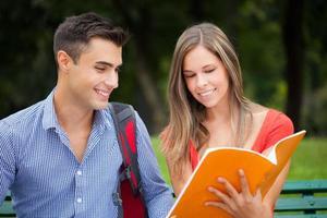 studenter som studerar i en park foto
