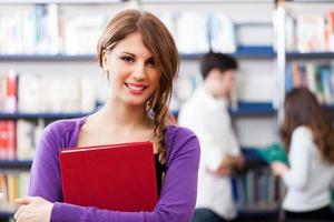 flicka som håller en bok foto