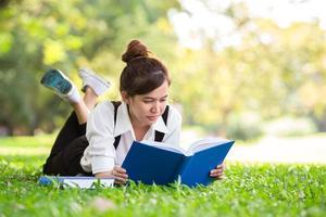 asiatisk student i parken foto