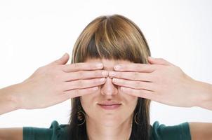 händerna vid ögonen foto
