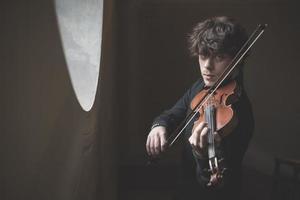 ung stilig blond violinist foto