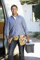 porträtt av reparatör som anländer i skåpbil foto