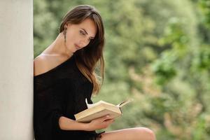 kvinna läser bok foto