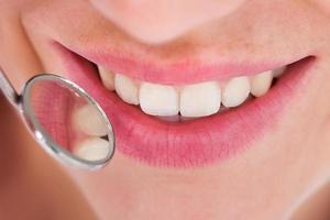 kvinna med sin tandkontroll foto