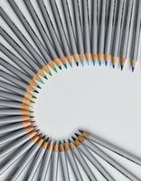 färgglada pennor arrangerade i en våg isolerade över vit bakgrund foto