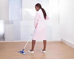 hushållerska mopping golvet på hotellet foto
