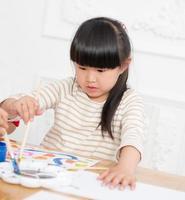 måla liten flicka