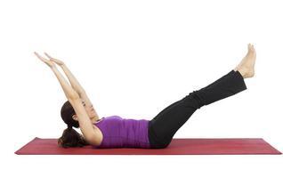 kvinna stärker hennes abs under fitness foto