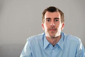 junger mann, porträt, mimik, querformat, textfreiraum foto