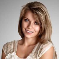vacker blond ung kvinna foto