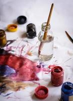 penslar och vattenfärg foto
