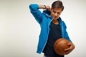 basketspelare med boll mot vit bakgrund foto