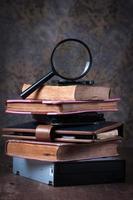 förstoringsglas och gammal bok, foto